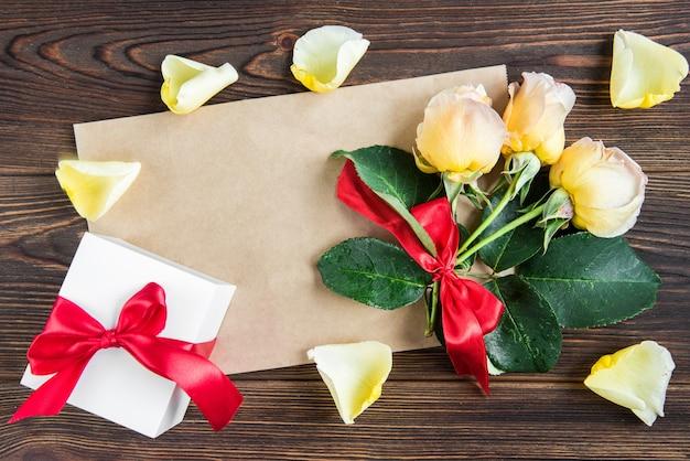 Gele rozen met geschenkdoos Premium Foto