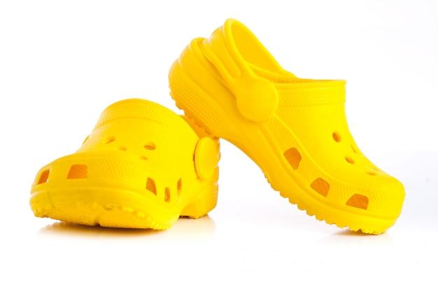 Gele rubberen sandalen voor kinderen Premium Foto