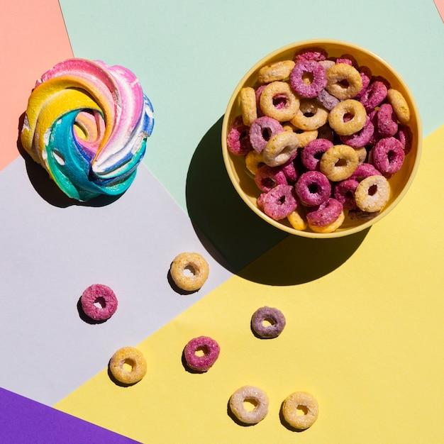 Gele schaal met fruit granen loops bovenaanzicht Gratis Foto