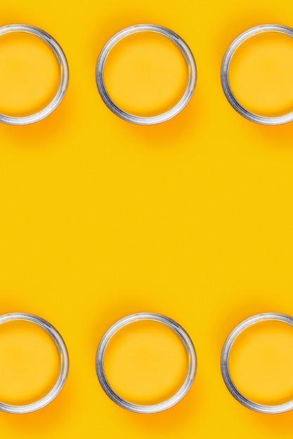 Gele tafel met zes verfpotten. Premium Foto