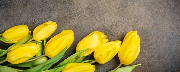 Gele tulpen achtergrond Premium Foto