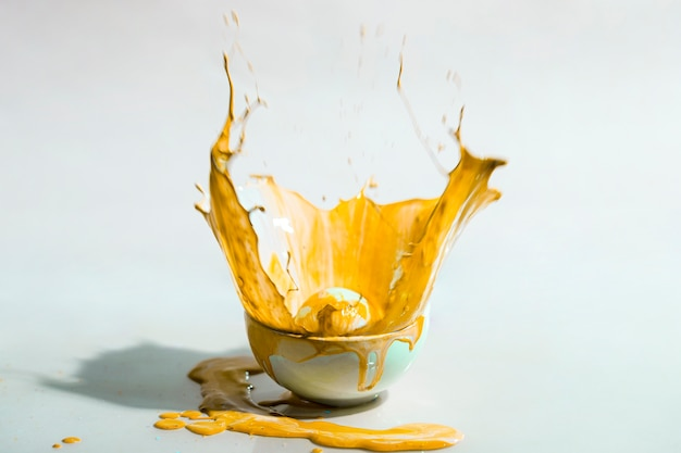 Gele verfplons en kop abstracte achtergrond Gratis Foto