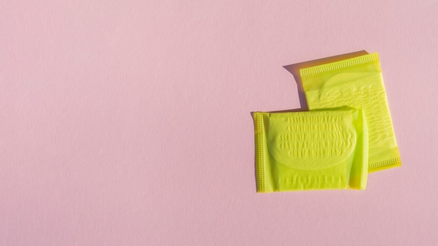 Gele verpakte stootkussens met roze exemplaar ruimteachtergrond Gratis Foto