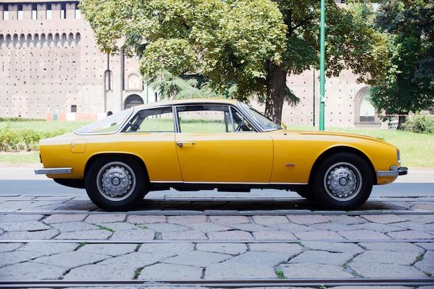 Gele vintage auto Premium Foto