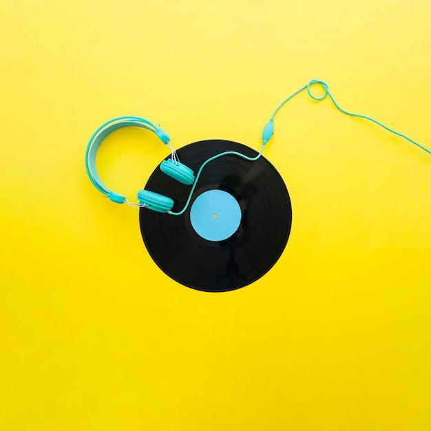 Gele vintage muziekconcept met koptelefoon Gratis Foto