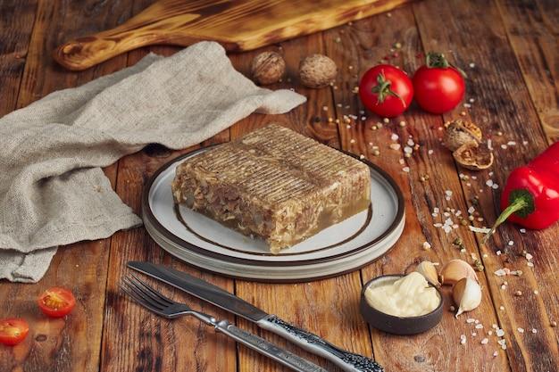 Gelei vlees met vlees op houten tafel Premium Foto