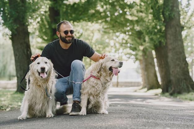 Geleidehond helpt blinde man in de stad. knappe blinde man rust met golden retriever in de stad. Gratis Foto