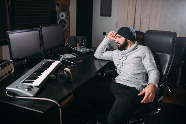 Geluidsproducent met microfoon in muziekstudio Premium Foto