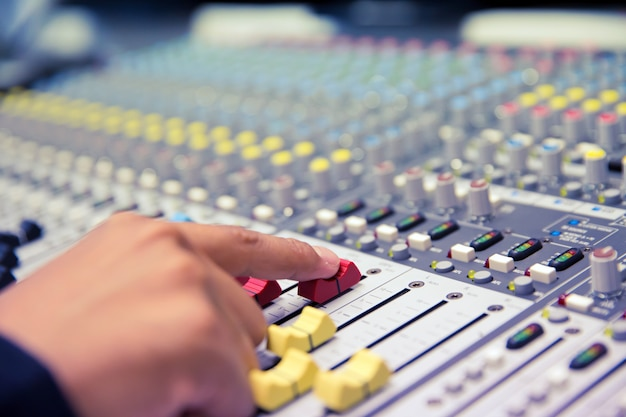 Geluidstechnicus test audiosysteem. Premium Foto