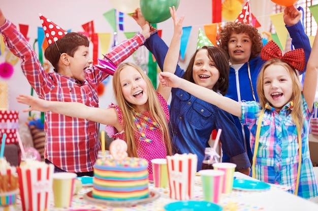Geluk delen met vrienden op het feest Gratis Foto