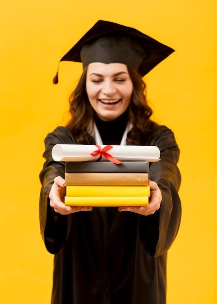 Gelukkig afgestudeerde student met diploma Gratis Foto