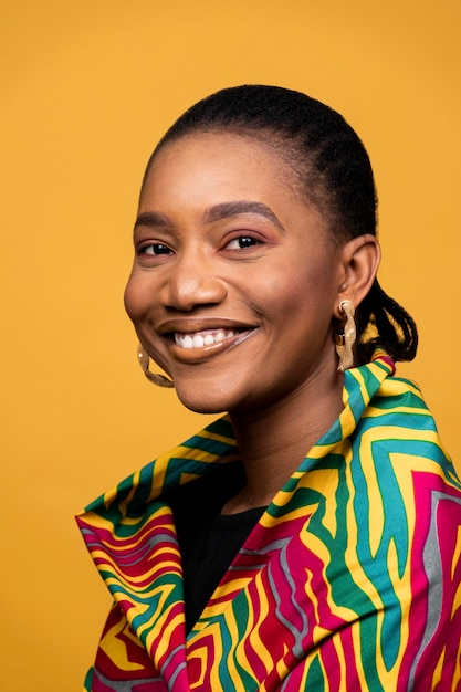 Gelukkig afrikaanse vrouw met gouden oorbellen Gratis Foto