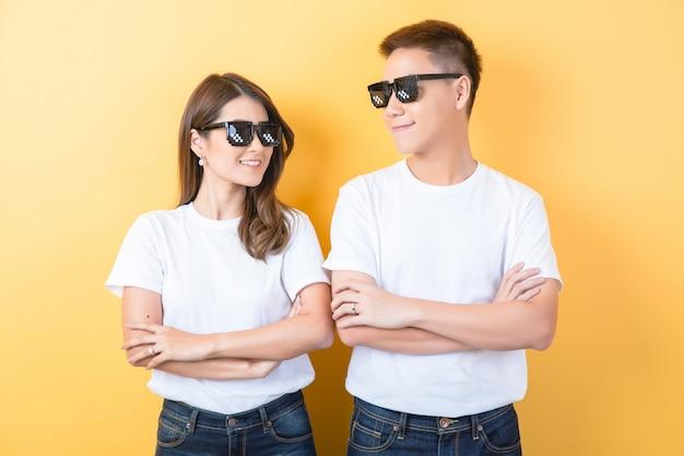 Gelukkig aziatisch paar in studio Gratis Foto