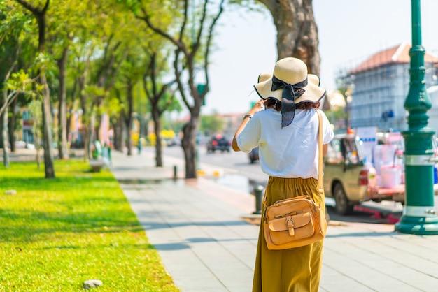 Gelukkig aziatische vrouw reizen in thailand Premium Foto