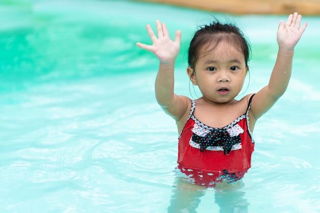 Gelukkig baby aziatisch meisje in zwembad Premium Foto