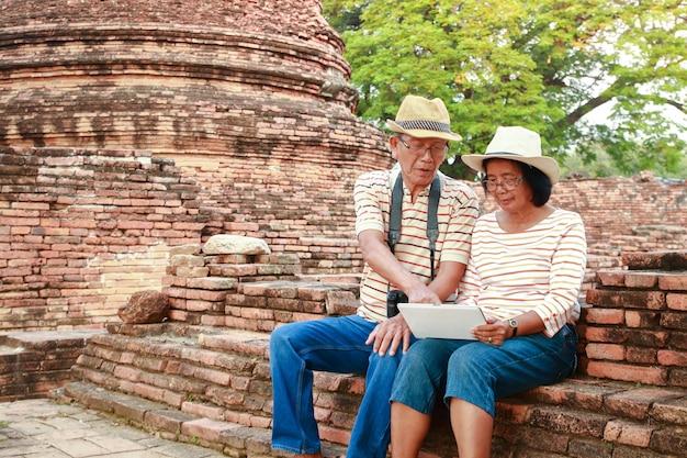 Gelukkig bejaard echtpaar reizen oude archeologische vindplaatsen met geschiedenis in azië Premium Foto