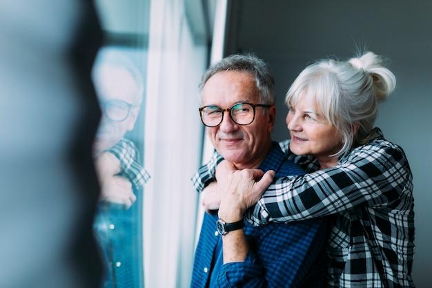 Gelukkig bejaard paar in pensioneringshuis Premium Foto