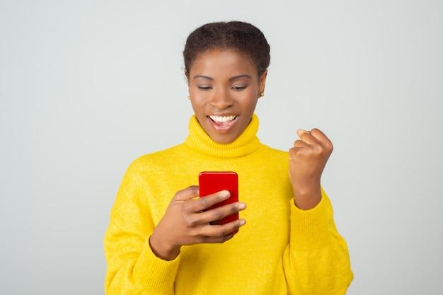 Gelukkig blij mobiel gebruiker sms-bericht Gratis Foto