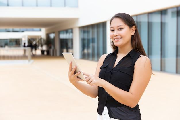 Gelukkig blij studentenmeisje met tablet het glimlachen Gratis Foto