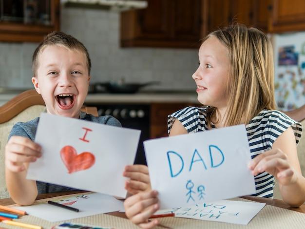Gelukkig broers en zussen tekenen voor hun vader Gratis Foto