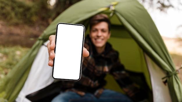 Gelukkig camping man in het bos kopie ruimte mobiele telefoon Gratis Foto