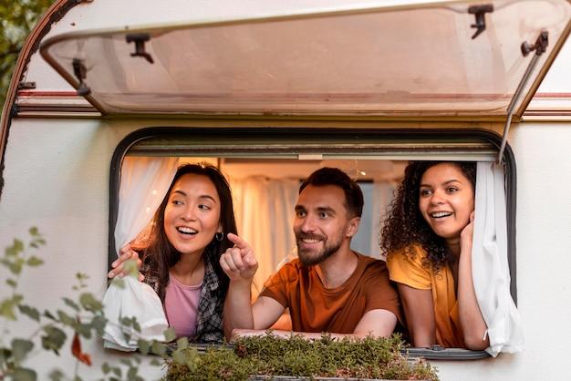 Gelukkig drie vrienden in een busje Gratis Foto