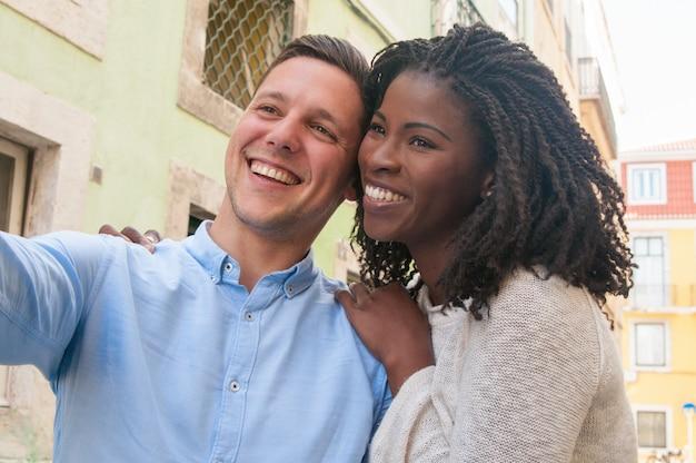 Gelukkig dromerig intercultureel paar die van romantische datum in stad genieten Gratis Foto