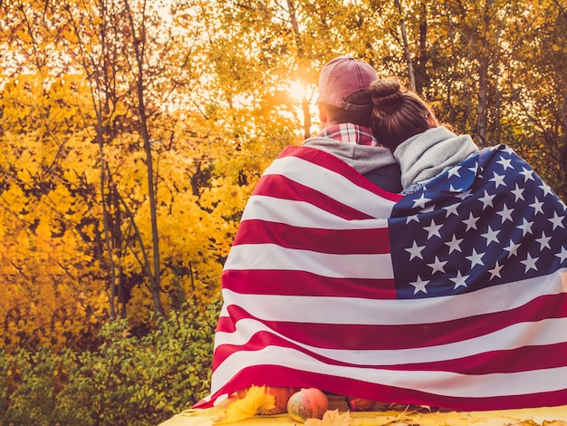 Gelukkig echtpaar met de amerikaanse vlag Premium Foto