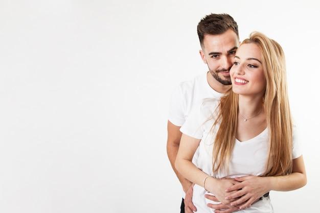 Gelukkig en paar die omhelzen glimlachen Gratis Foto