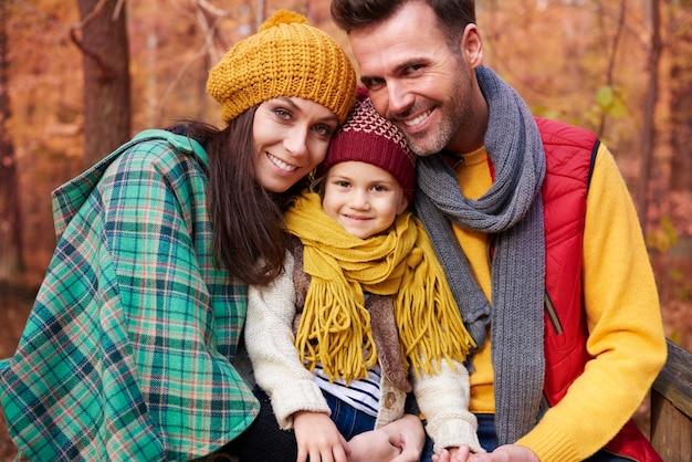 Gelukkig en vol liefdesfamilie in de herfst Gratis Foto