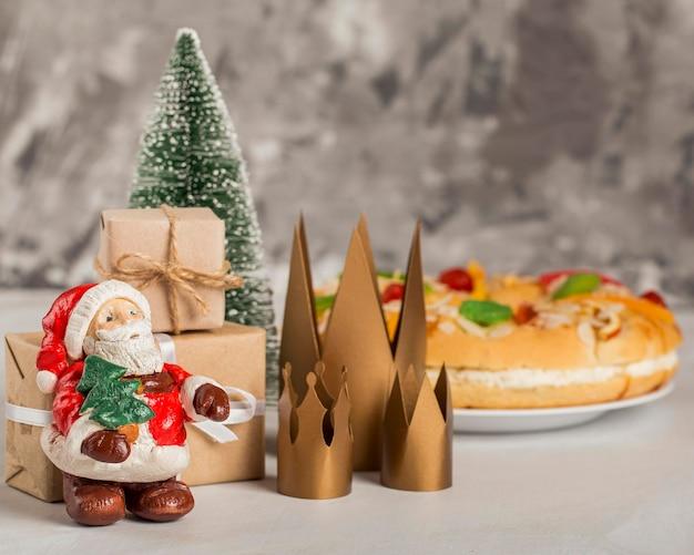 Gelukkig epiphany smakelijke cake en de kerstman Gratis Foto