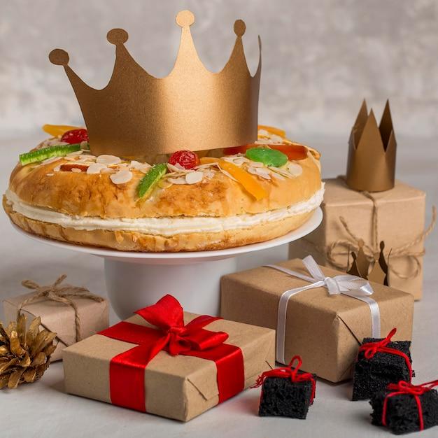 Gelukkig epiphany smakelijke taart en geschenken Gratis Foto