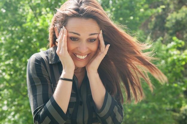 Gelukkig extatisch meisje dat leuk iets ziet Gratis Foto