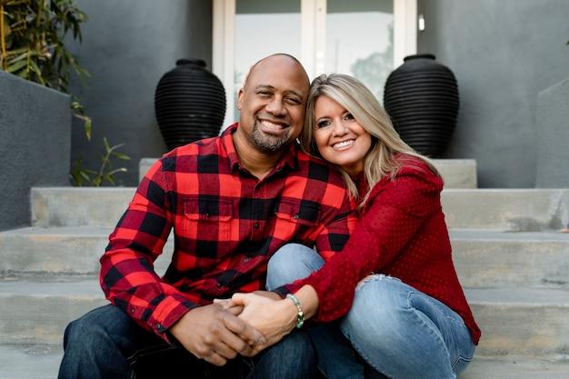 Gelukkig getrouwd stel hand in hand op de veranda Gratis Foto