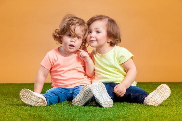 Gelukkig grappig meisje tweeling zussen spelen en lachen Gratis Foto