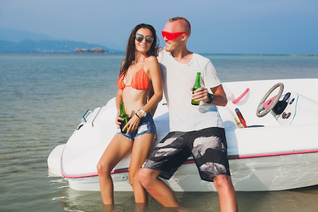 Gelukkig hipster vrouw en man bier drinken op tropische zomervakantie in thailand reizen op boot in zee, party op strand, mensen samen plezier, positieve emoties Gratis Foto