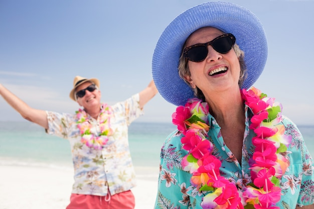 Gelukkig hoger paar dat pret samen op het strand heeft Premium Foto