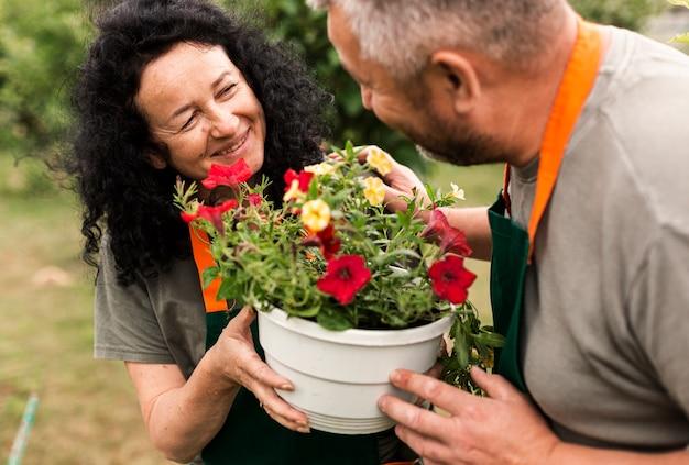 Gelukkig hoger paar met bloemen Gratis Foto