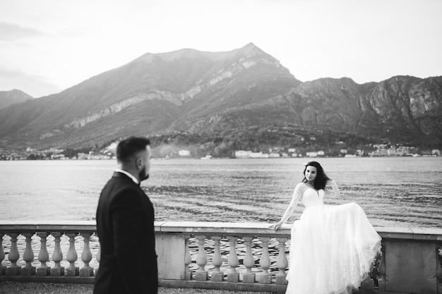 Gelukkig huwelijkspaar in comomeer, italië Gratis Foto