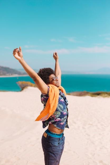 Gelukkig jong afrikaans amerikaans mannetje dat van vakantie geniet Gratis Foto