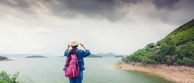 Gelukkig jong aziatisch meisje bij het nationale park thailand van kang kra chan Premium Foto