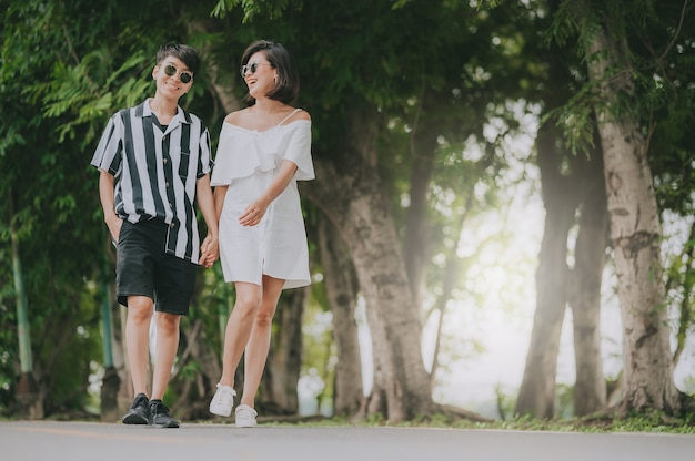 Gelukkig jong aziatisch vrouwen lgbt lesbisch paar Premium Foto