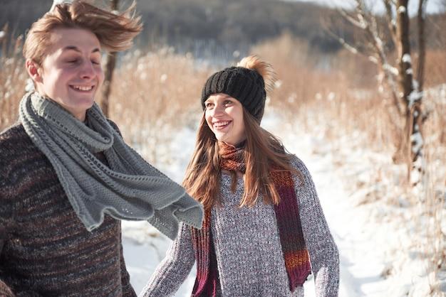 Gelukkig jong koppel in winter park plezier. familie buitenshuis. Premium Foto