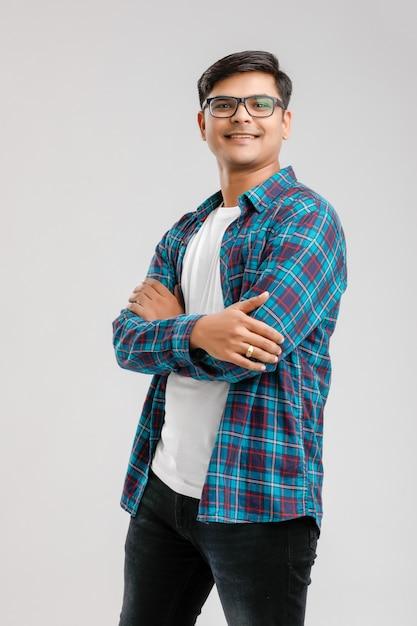 Gelukkig jonge indiase man Premium Foto