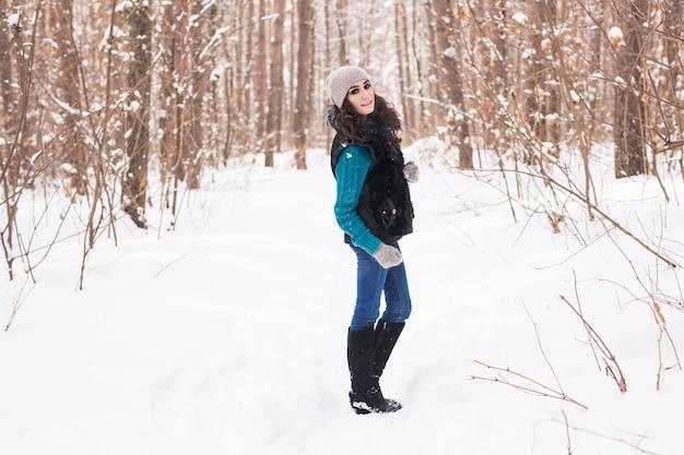 Gelukkig jonge vrouw wandelen in de winter Premium Foto