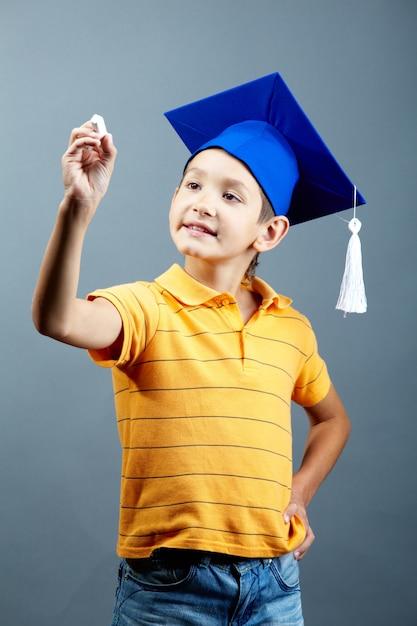 Gelukkig kind met een krijt in de klas Gratis Foto