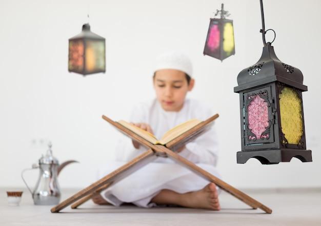 Gelukkig kind met ramadan-lantaarn Premium Foto