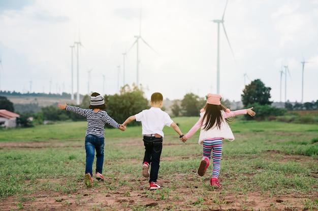 Gelukkig kind spelen met kleurrijke speelgoed ballonnen buitenshuis Premium Foto