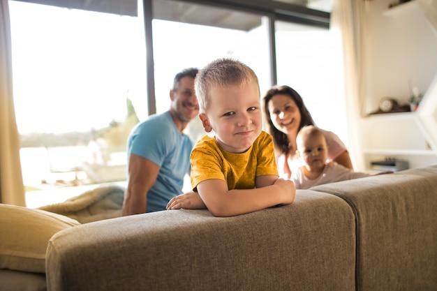 Gelukkig klein gezin Premium Foto