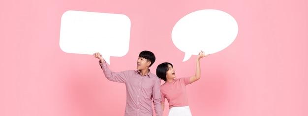 Gelukkig lachend jong aziatisch paar met tekstballonnen Premium Foto